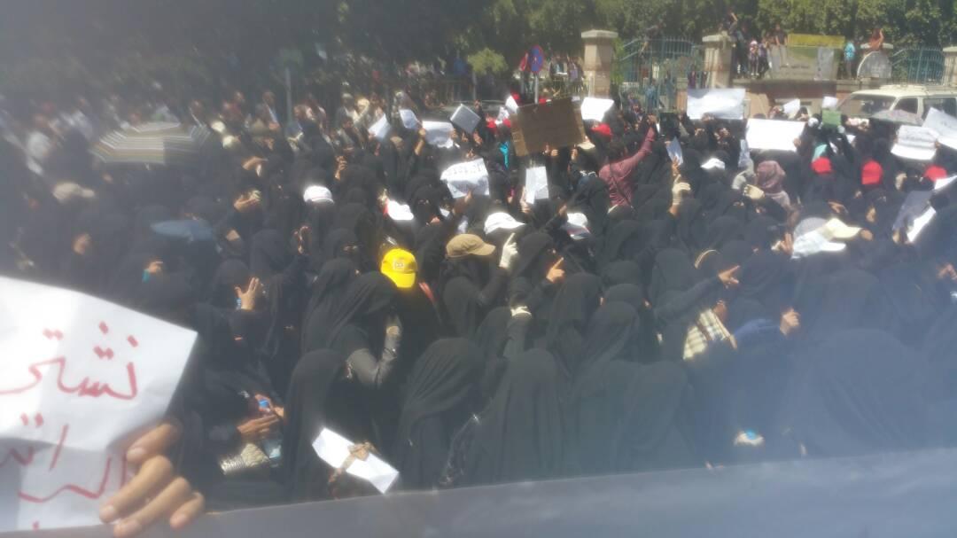 معلمات صنعاء يواصلن الإضراب حتى صرف مرتبانهن