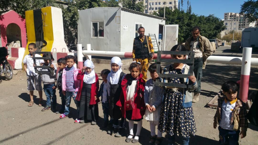 من أمام المفوضية السامية اطفال اليمن يحملون المنظات الدولية سلامة أبائهم