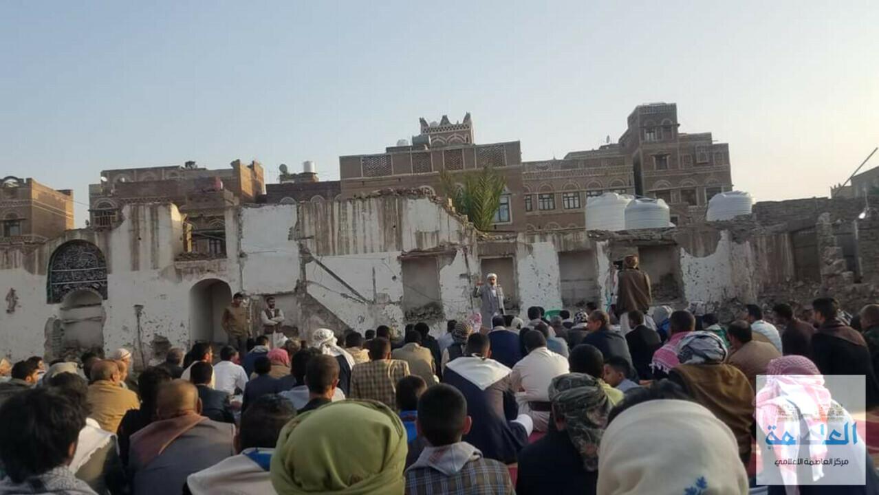 مصلون في صنعاء القديمة يقيمون صلاة العيد على أنقاض مسجد النهرين الذي هدمته مليشيات الحوثي