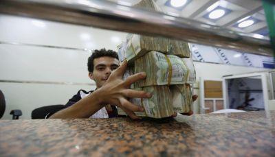 خبير إقتصادي: الحوثيون يستغلون الحرب للإمتناع عن دفع مرتبات الموظفين