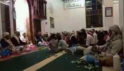 """مليشيا الحوثي تحول مسجداً في صنعاء إلى """"مقيل"""" وتمنع أداء صلاة التراويح فيه"""