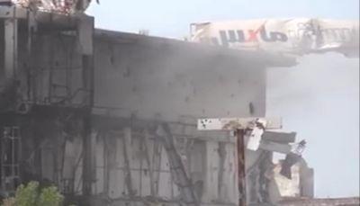 مليشيا الحوثي تقصف مركز تجاري بالحديدة وتدمره بالكامل