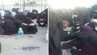 بالصور.. طالبات بصنعاء يفترشن الأرض بعد إغلاق الحوثيين مركزاً لتعليم القرآن