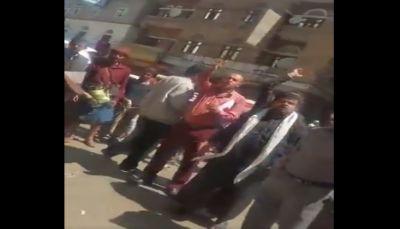 أغلقت 400 صيدلية.. مئات الصيادلة يحتجون بصنعاء احتجاجاً على تعسفات ميليشيا الحوثي