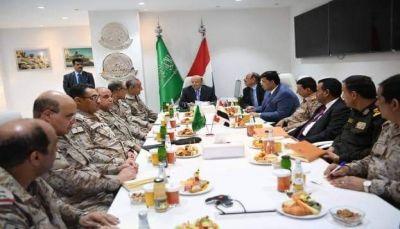 الرئيس ونائبه يزوران قيادة قوات التحالف ويطلعان على سير المعارك