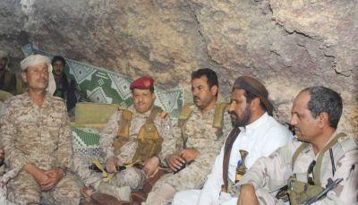 وزير الدفاع يتفقد الخطوط الأمامية في جبهات صرواح ويؤكد العزم على تحرير صنعاء وكل تراب الوطن