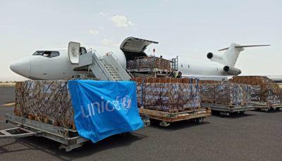الغموض يلف مصيرها.. شحنة مساعدات أممية تصل على متن طائرتين أمميتين عبر مطار صنعاء