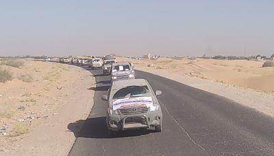 أبناء تعز يسيّرون قافلة غذائية لأبطال الجيش في جبهات مراد بمأرب