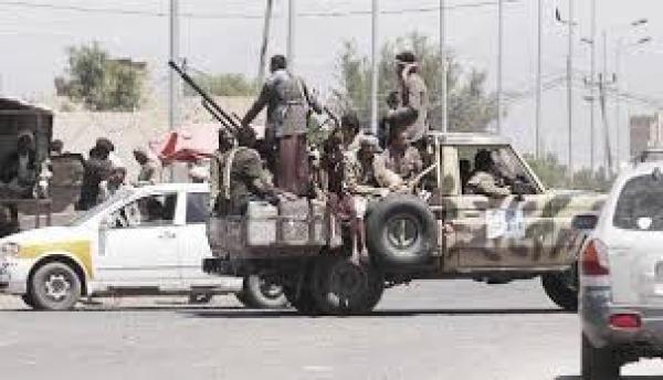 وسط تخوف المواطنين..مليشيات الحوثي توزع أسلحة على أتباعها بحواري صنعاء