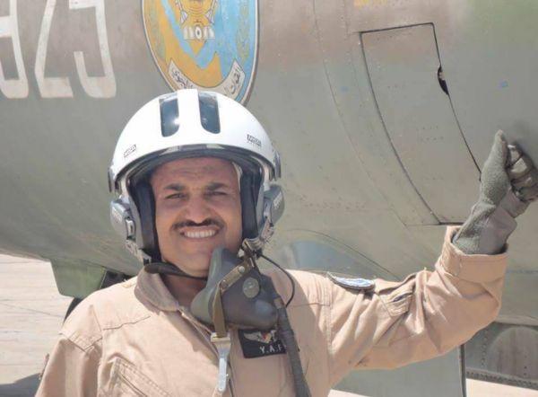 """انقطاع المرتبات وظروف الحرب تدفع طيّار يمني إلى """"بيع القات"""" لتوفير لقمة العيش (صور)"""