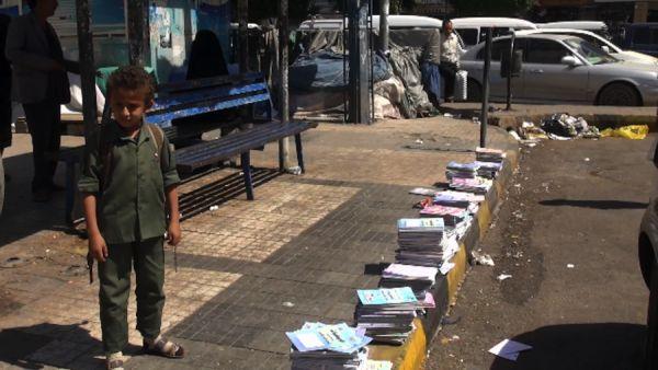 بعد عجزها عن توفير الكتاب المدرسي.. مليشيات الحوثي تصادر كتب مصورة بصنعاء