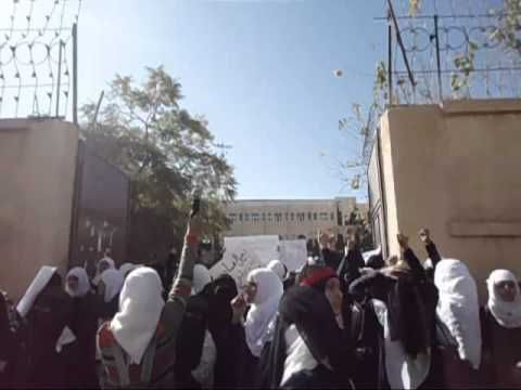 """طالبة في صنعاء تمزق """"ملصقات"""" حوثية.. وتصرف مشين للميليشيات"""