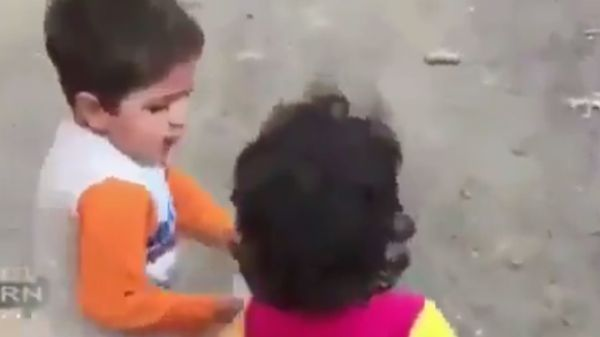 صورة لطفل يطعم رفيقته بعد زلزال إيران تشعل مواقع التواصل الاجتماعي