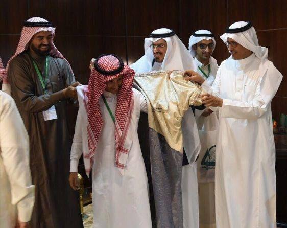 المملكة تكرم طالب يمني يكرم ببردة الشعر في مسابقة وزارة التعليم
