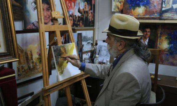 فنان عراقي بتركيا يرسم لوحاته الزيتية بلون الحرب