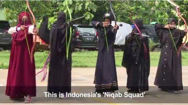 """هكذا تدافع """"فرقة النقاب"""" الإندونيسية عن حرية المرأة"""