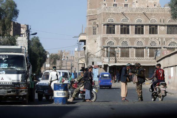 ميليشيات الحوثي تقتحم منازل مواطنين بالقوة وتستحدث نقاط تفتيش بصنعاء