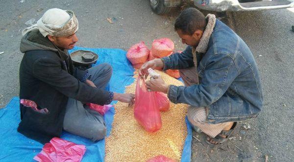 الحوثيون بصنعاء يديرون «سوقاً سوداء» للمواد الإغاثية