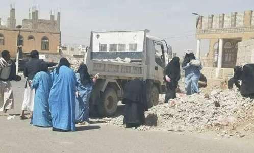 الحوثيون يجبرون سجينات على القيام بإعمال شاقة في شوارع العاصمة صنعاء