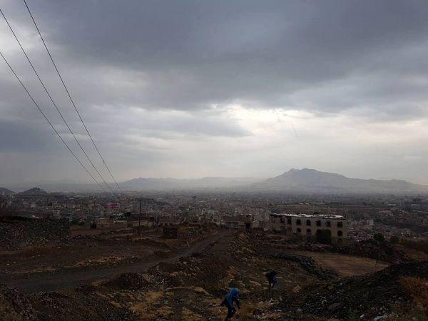 هطول أمطار على العاصمة صنعاء وسماء ملبدة بالغيوم