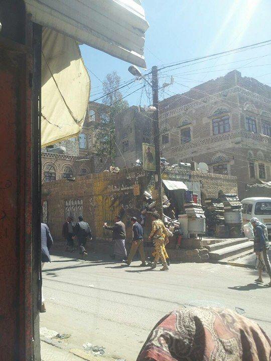 """مليشيا الحوثي تقتحم محلات تجارية بـ""""صنعاء"""" وتجبر اصحابها على دفع مبالغ طائله (صور حصرية)"""