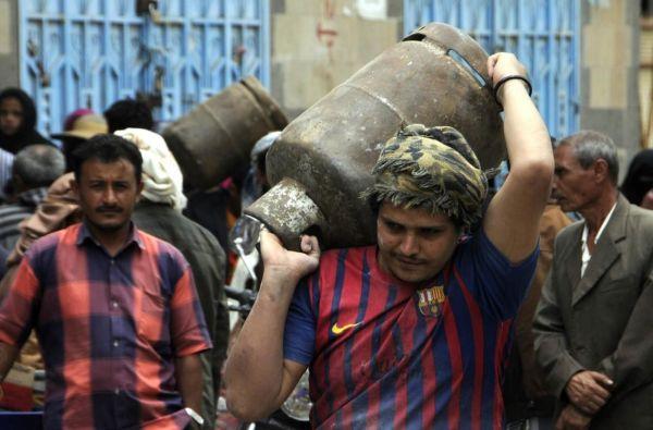 """سكان لـ""""العاصمة أونلاين"""": مليشيا الحوثي تبيع لنا الغاز بتعبئة ناقصة وفي أسطوانات تالفة"""