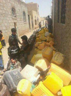 في زمن المليشيات.. طوابير المياه والغاز جنباً إلى جنب في صنعاء