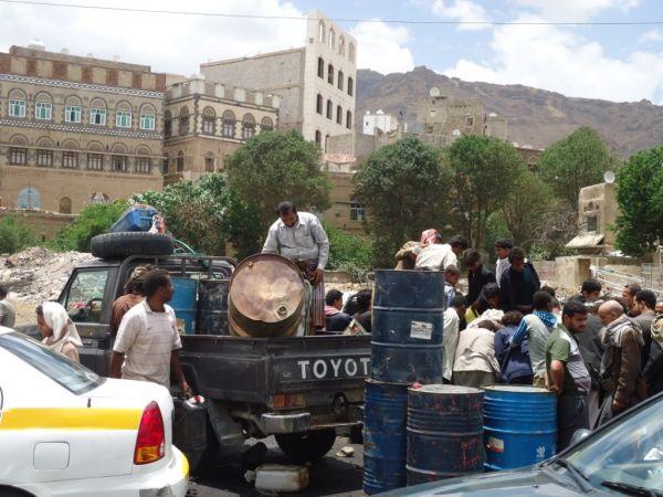 اللجنة الاقتصادية تحذر تجار المشتقات من دعم ميليشيا الحوثي وتتوعد بالردع