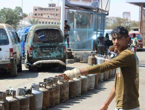 احتكار الحوثيين للغاز المنزلي يتسبب بوقوع حالات قتل وعراك بين المواطنين