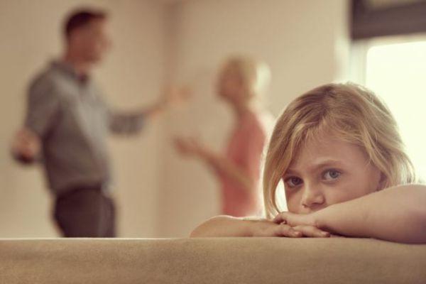 دراسة: شجار الوالدين يؤثر على عقول أطفالهم