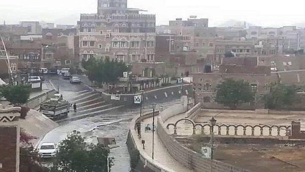 هطول أمطار غزيرة على العاصمة صنعاء والأرصاد يتوقع المزيد