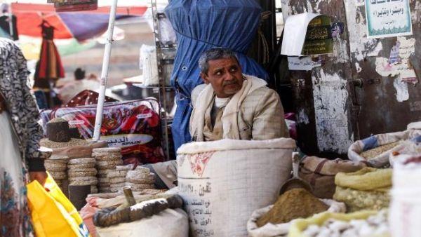 صحيفة: ترتيبات بين الحكومة والحوثيين على بدء صرف رواتب الموظفين الشهر القادم
