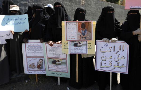 """موظفو المؤسسات الحكومية بصنعاء يشكون لـ""""العاصمة أونلاين"""" أحوالهم مع حلول رمضان"""