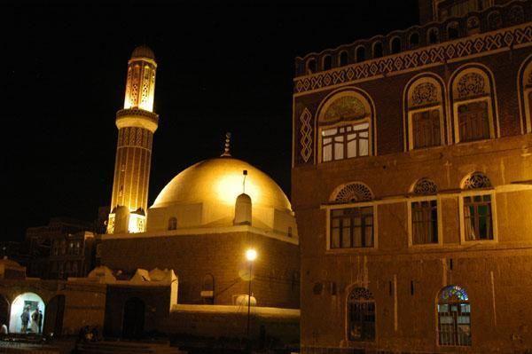 في زمن الحوثيين.. المساجد من دور للعبادة الى مجالس للقات والزوامل ورقص البرع