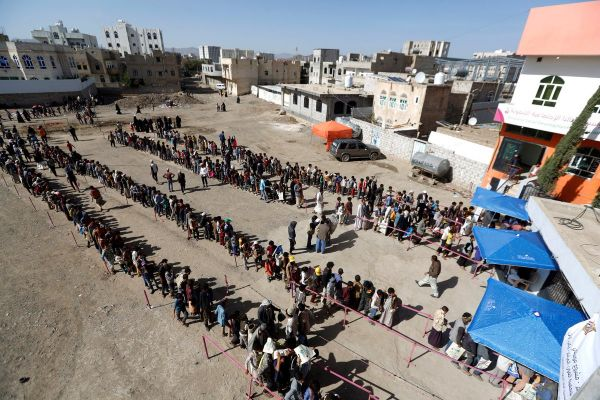 """""""المئات بانتظار وجبة إفطار"""" مشهد بائس لرمضان صنعاء في ظل سيطرة الحوثيين"""