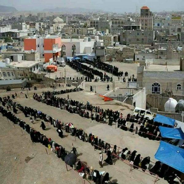بعد إغلاق الحوثيين للجمعيات الخيرية.. طوابير طويلة في صنعاء بحثًا عن المعونات الغذائية