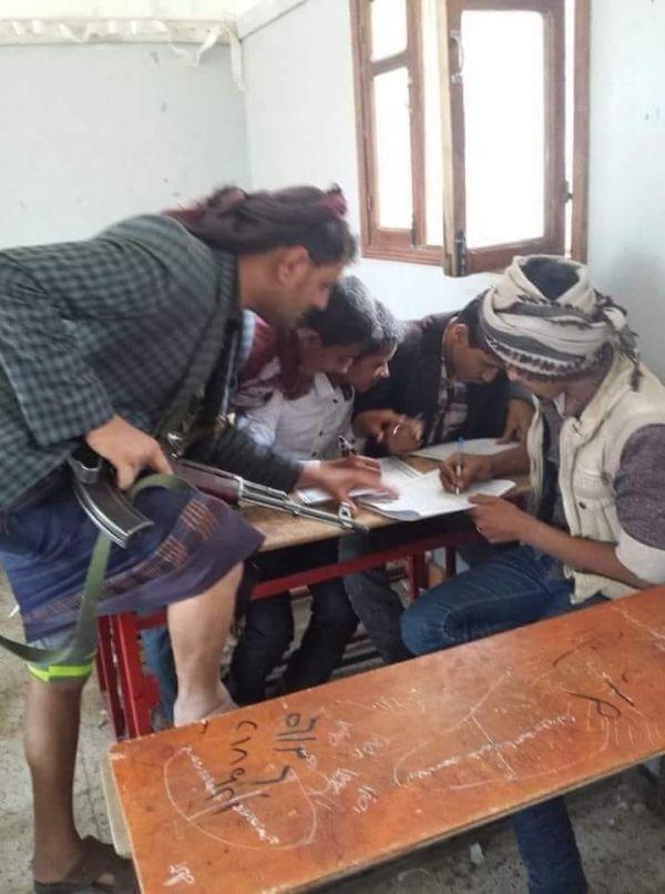 صورة تكشف جانب من تفشي ظاهرة الغش في امتحانات طلبة مدارس صنعاء