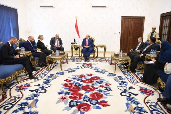 الرئيس هادي يلتقي منسقة الشؤون الإنسانية في اليمن بعدن
