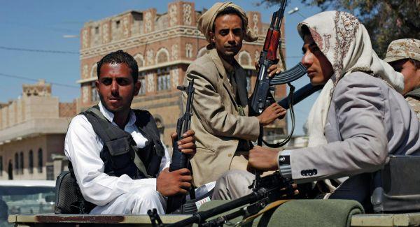"""المليشيات الحوثية تستثني موظفين بصنعاء من صرف """"نصف راتب"""""""