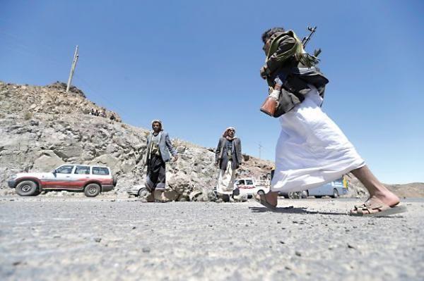نقاط حوثية تحتجز مئات الأسر اليمنية وتضاعف معاناة المسافرين