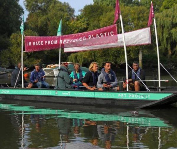 نشطاء البيئة يصنعون قارب من النفايات البلاستيكية في بريطانيا