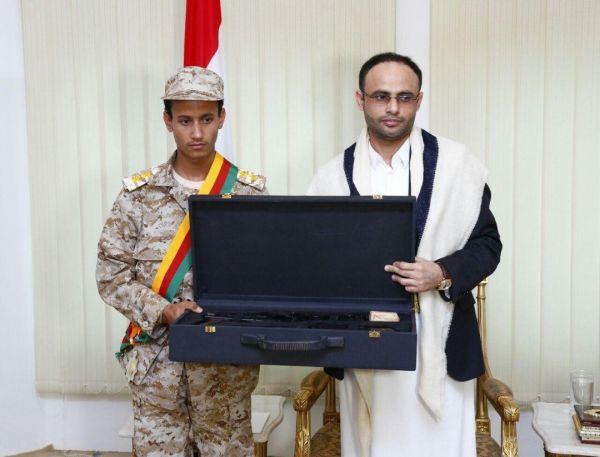 مليشيا الحوثي تمنح أحد الأطفال سلاحًا رشاشاً نظير قتاله في صفوف الجماعة بجبهة ناطع