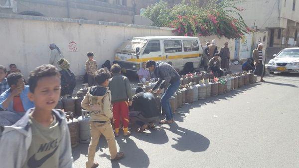 سكان صنعاء يشكون منع مليشيا الحوثي من بيع الغاز المنزلي