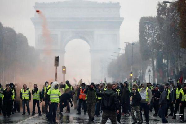 فرنسا.. تصاعد الاحتجاجات والشرطة تقمعها بإطلاق الغاز المسيل للدموع