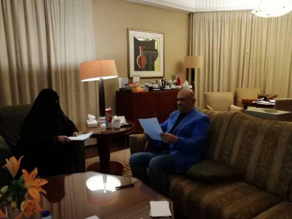 وزير الخارجية يلتقي رئيسة رابطة أمهات المختطفين في الرياض