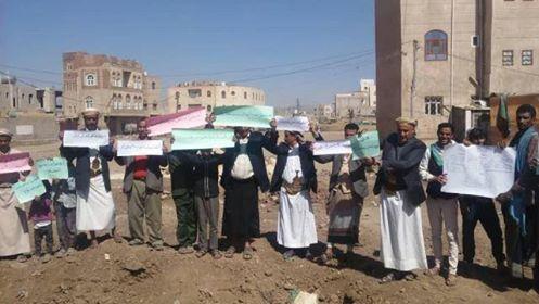 في وقفة احتجاجية.. سكان صنعاء يتهمون ميليشيا الحوثي بالتواطؤ مع عصابات مسلحة