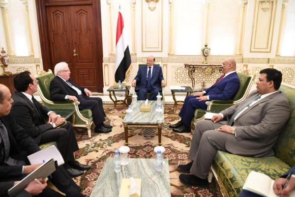"""الرئيس هادي لـ""""غريفث"""": مستعدون لفتح الرحلات الداخلية بكافة المطارات بما فيها مطار صنعاء"""