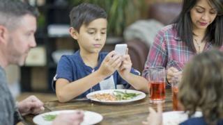 دراسة: لا مخاطر من استخدام الأطفال للهواتف الذكية والكمبيوتر