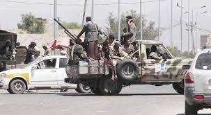 وسط تخوف المواطنين.. مليشيات الحوثي توزع أسلحة على أتباعها بحواري صنعاء