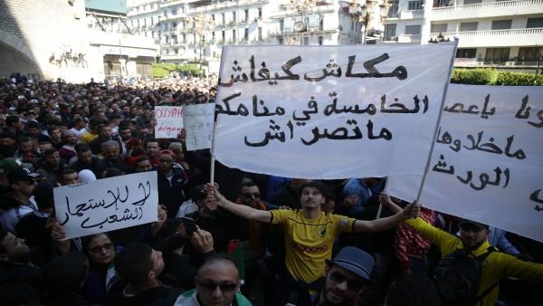 تواصل احتجاجات الجزائر رفضاً لترشح بوتفليقه مجدداً
